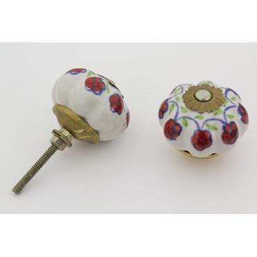 Hvid håndmalet porcelænsknop med detaljerede mønster
