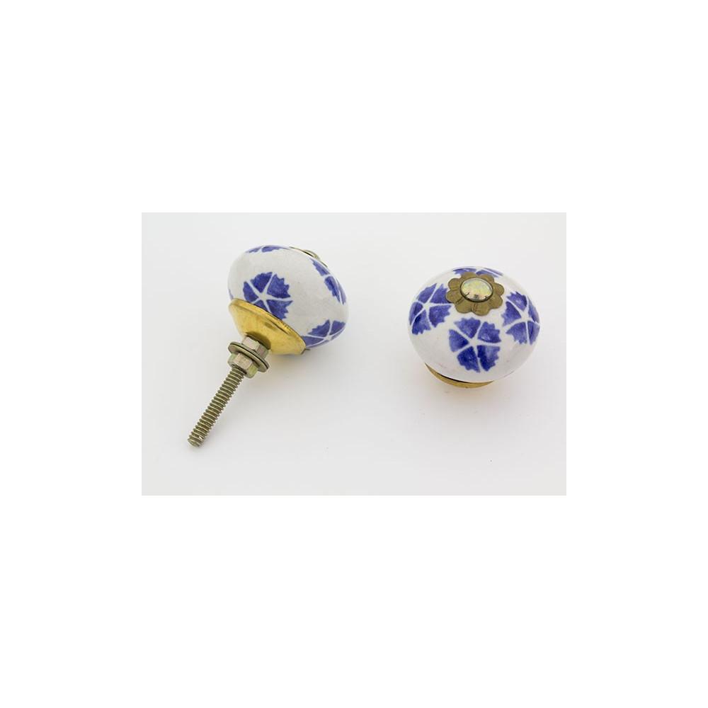 Hvid håndmalet porcelænsknop med blå blade.