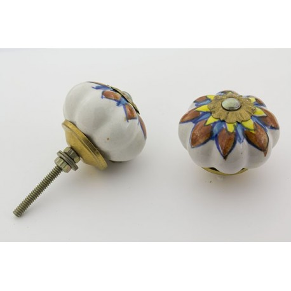 Hvid håndmalet porcelænsknop med flot mønster