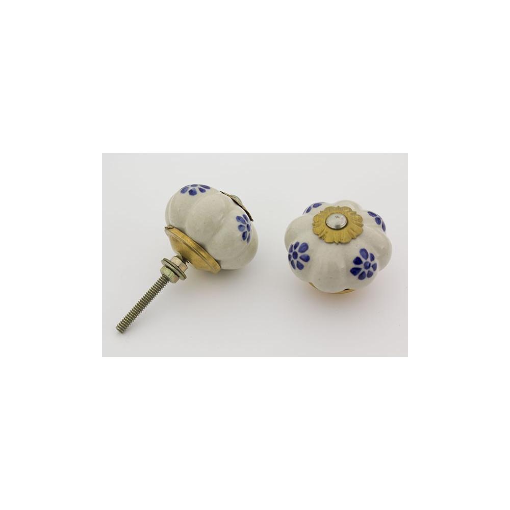 Hvid håndmalet porcelænsknop med små blå blomster