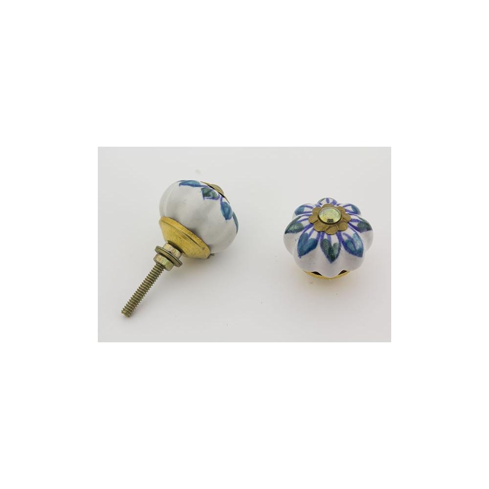Hvid håndmalet porcelænsknop med blå mønster.