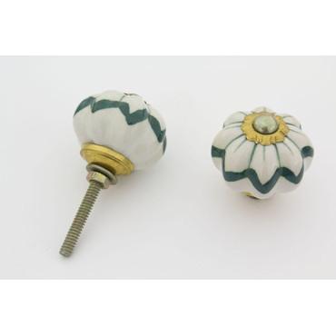 Hvid håndmalet porcelænsknop med grønt mønster.